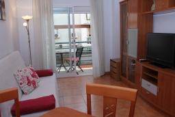 Гостиная / Столовая. Испания, Нерха : Двухкомнатная квартира с видом на город в Нерхе, в 350 м от пляжей  Торресилья и Эль-Салон и менее чем в 1 км от смотровой площадки «Балкон Европы», 1 спальня, 1 ванная комната, Wi-Fi.