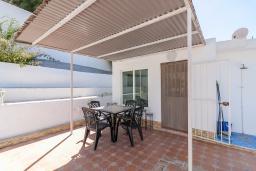 Терраса. Испания, Нерха : Замечательный двухспальный дом с террасой, частным бассейном и захватывающим видом на горы в сельской местности, в 2,5 км от пляжа Эль Плайазо и всего в 4,5 км от центра Нерхи, 2 спальни, ванная с душем, открытая парковка.