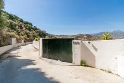 Вход. Испания, Нерха : Замечательный двухспальный дом с террасой, частным бассейном и захватывающим видом на горы в сельской местности, в 2,5 км от пляжа Эль Плайазо и всего в 4,5 км от центра Нерхи, 2 спальни, ванная с душем, открытая парковка.