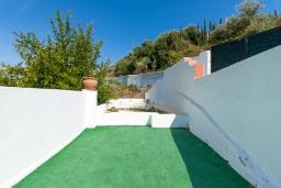 Территория. Испания, Нерха : Замечательный двухспальный дом с террасой, частным бассейном и захватывающим видом на горы в сельской местности, в 2,5 км от пляжа Эль Плайазо и всего в 4,5 км от центра Нерхи, 2 спальни, ванная с душем, открытая парковка.