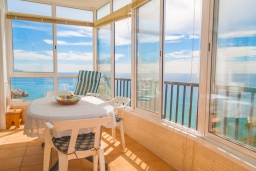 Балкон. Испания, Нерха : Очаровательные апартаменты с видом на сад, сезонным бассейном и террасой в центре Нерхи, недалеко от пляжей Эль-Салон и Калетилья-Бич, открытая парковка, 1 спальня, 1 ванная комната, Wi-Fi.