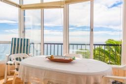 Обеденная зона. Испания, Нерха : Очаровательные апартаменты с видом на сад, сезонным бассейном и террасой в центре Нерхи, недалеко от пляжей Эль-Салон и Калетилья-Бич, открытая парковка, 1 спальня, 1 ванная комната, Wi-Fi.