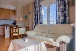 Гостиная / Столовая. Испания, Нерха : Очаровательные апартаменты с видом на сад, сезонным бассейном и террасой в центре Нерхи, недалеко от пляжей Эль-Салон и Калетилья-Бич, открытая парковка, 1 спальня, 1 ванная комната, Wi-Fi.