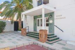Вход. Испания, Нерха : Очаровательные апартаменты с видом на сад, сезонным бассейном и террасой в центре Нерхи, недалеко от пляжей Эль-Салон и Калетилья-Бич, открытая парковка, 1 спальня, 1 ванная комната, Wi-Fi.