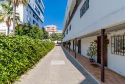 Территория. Испания, Марбелья : Уютная двухкомнатная квартира с бассейном и парковкой в центре Марбельи, открытая парковка, 1 спальня, 1 ванная комната, мини-кухня.