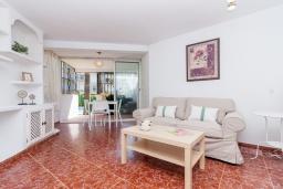 Гостиная / Столовая. Испания, Марбелья : Уютная двухкомнатная квартира с бассейном и парковкой в центре Марбельи, открытая парковка, 1 спальня, 1 ванная комната, мини-кухня.