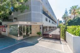 Вход. Испания, Марбелья : Уютная двухкомнатная квартира с бассейном и парковкой в центре Марбельи, открытая парковка, 1 спальня, 1 ванная комната, мини-кухня.