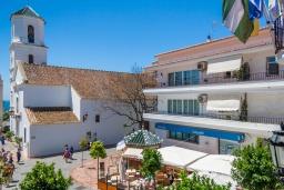 Вид на виллу/дом снаружи. Испания, Нерха : Изысканные апартаменты с кондиционером в городе Нерхи, в 100 метрах от смотровой площадки «Балкон Европы» и от песчаного пляжа PLAYA CALAHONDA, парковка,1 спальня, 1 ванная комната, бесплатный Wi-Fi.