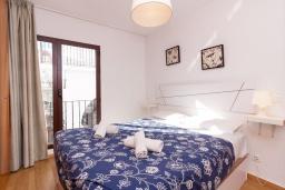 Спальня. Испания, Нерха : Изысканные апартаменты с кондиционером в городе Нерхи, в 100 метрах от смотровой площадки «Балкон Европы» и от песчаного пляжа PLAYA CALAHONDA, парковка,1 спальня, 1 ванная комната, бесплатный Wi-Fi.