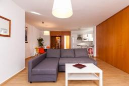 Гостиная / Столовая. Испания, Нерха : Изысканные апартаменты с кондиционером в городе Нерхи, в 100 метрах от смотровой площадки «Балкон Европы» и от песчаного пляжа PLAYA CALAHONDA, парковка,1 спальня, 1 ванная комната, бесплатный Wi-Fi.