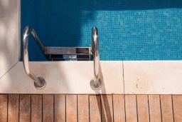 Испания, Фуэнхирола : Cовременный таунхаус на скале на 6-х гостей, где открывается бесподобный вид на Средиземное море. 5 мин. хотьбы до пляжа. 2 бассейна, 3 спальни, бесплатная парковка, кондиционирование, wi-fi