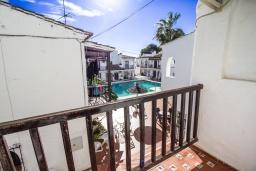 Балкон. Испания, Нерха : Уютный дом для отдыха в городе Нерха, в 500 м от пляжа Бурриана и в 800 м от пляжа Калаонда, 2 спальни, 2 ванные комнаты, общий и детский бассейны, Wi-Fi.