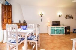 Гостиная / Столовая. Испания, Нерха : Уютный дом для отдыха в городе Нерха, в 500 м от пляжа Бурриана и в 800 м от пляжа Калаонда, 2 спальни, 2 ванные комнаты, общий и детский бассейны, Wi-Fi.