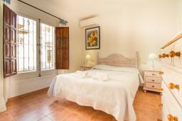 Спальня. Испания, Нерха : Уютный дом для отдыха в городе Нерха, в 500 м от пляжа Бурриана и в 800 м от пляжа Калаонда, 2 спальни, 2 ванные комнаты, общий и детский бассейны, Wi-Fi.