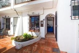 Вход. Испания, Нерха : Уютный дом для отдыха в городе Нерха, в 500 м от пляжа Бурриана и в 800 м от пляжа Калаонда, 2 спальни, 2 ванные комнаты, общий и детский бассейны, Wi-Fi.