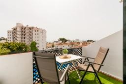 Балкон. Испания, Нерха : Прекрасная двухкомнатная квартира с террасой, общим бассейном с садом и бесплатным Wi-Fi в городе Нерха, в 800 м от пляжа Бурриана, 1 спальня, 1 ванная комната.