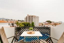 Обеденная зона. Испания, Нерха : Прекрасная двухкомнатная квартира с террасой, общим бассейном с садом и бесплатным Wi-Fi в городе Нерха, в 800 м от пляжа Бурриана, 1 спальня, 1 ванная комната.