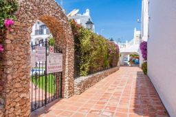 Территория. Испания, Нерха : Прекрасная двухкомнатная квартира с террасой, общим бассейном с садом и бесплатным Wi-Fi в городе Нерха, в 800 м от пляжа Бурриана, 1 спальня, 1 ванная комната.