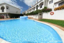 Бассейн. Испания, Нерха : Прекрасная двухкомнатная квартира с террасой, общим бассейном с садом и бесплатным Wi-Fi в городе Нерха, в 800 м от пляжа Бурриана, 1 спальня, 1 ванная комната.