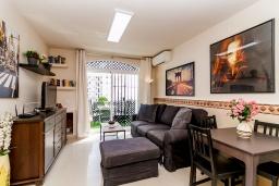 Гостиная / Столовая. Испания, Нерха : Прекрасная двухкомнатная квартира с террасой, общим бассейном с садом и бесплатным Wi-Fi в городе Нерха, в 800 м от пляжа Бурриана, 1 спальня, 1 ванная комната.