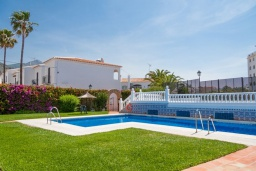 Зона отдыха у бассейна. Испания, Нерха : Прекрасная двухкомнатная квартира с террасой, общим бассейном с садом и бесплатным Wi-Fi в городе Нерха, в 800 м от пляжа Бурриана, 1 спальня, 1 ванная комната.