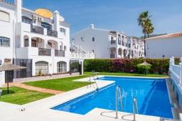 Вид на виллу/дом снаружи. Испания, Нерха : Прекрасная двухкомнатная квартира с террасой, общим бассейном с садом и бесплатным Wi-Fi в городе Нерха, в 800 м от пляжа Бурриана, 1 спальня, 1 ванная комната.