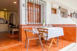 Терраса. Испания, Нерха : Яркие апартаменты с бесплатным Wi-Fi, террасой и сезонным открытым бассейном в Нерхе, в нескольких шагах от пляжей Эль-Плайазо и Торресилья, 1 спальня, 1 ванная комната, гостиная, парковка.