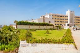 Вид на виллу/дом снаружи. Испания, Нерха : Яркие апартаменты с бесплатным Wi-Fi, террасой и сезонным открытым бассейном в Нерхе, в нескольких шагах от пляжей Эль-Плайазо и Торресилья, 1 спальня, 1 ванная комната, гостиная, парковка.