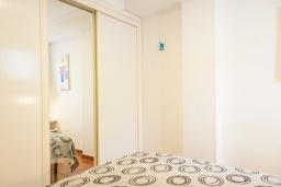 Спальня. Испания, Нерха : Яркие апартаменты с бесплатным Wi-Fi, террасой и сезонным открытым бассейном в Нерхе, в нескольких шагах от пляжей Эль-Плайазо и Торресилья, 1 спальня, 1 ванная комната, гостиная, парковка.