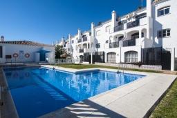 Зона отдыха у бассейна. Испания, Нерха : Замечательные апартаменты с террасой и открытым бассейном в городе Нерха, в 800 м от пляжа Бурриана, 1 спальня, 1 ванная комната, бесплатный Wi-Fi.