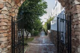 Вход. Испания, Нерха : Замечательные апартаменты с террасой и открытым бассейном в городе Нерха, в 800 м от пляжа Бурриана, 1 спальня, 1 ванная комната, бесплатный Wi-Fi.