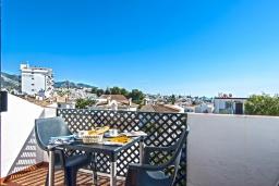 Балкон. Испания, Нерха : Замечательные апартаменты с террасой и открытым бассейном в городе Нерха, в 800 м от пляжа Бурриана, 1 спальня, 1 ванная комната, бесплатный Wi-Fi.