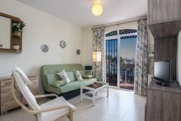 Гостиная / Столовая. Испания, Нерха : Замечательные апартаменты с террасой и открытым бассейном в городе Нерха, в 800 м от пляжа Бурриана, 1 спальня, 1 ванная комната, бесплатный Wi-Fi.