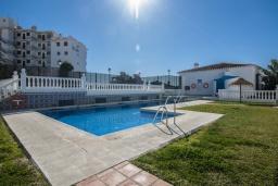 Бассейн. Испания, Нерха : Замечательные апартаменты с террасой и открытым бассейном в городе Нерха, в 800 м от пляжа Бурриана, 1 спальня, 1 ванная комната, бесплатный Wi-Fi.