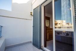 Балкон. Испания, Нерха : Комфортабельный дом для отдыха площадью 90 кв.м. в Нерхе, в 50 метрах от песчаного пляжа Плайя-Карабео и в 750 метрах от смотровой площадки Балкон-де-Европа, общий бассейн, огороженный зеленый сад, 3 спальни, 1 ванная комната, Wi-Fi.