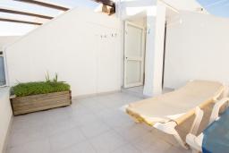 Терраса. Испания, Нерха : Комфортабельный дом для отдыха площадью 90 кв.м. в Нерхе, в 50 метрах от песчаного пляжа Плайя-Карабео и в 750 метрах от смотровой площадки Балкон-де-Европа, общий бассейн, огороженный зеленый сад, 3 спальни, 1 ванная комната, Wi-Fi.