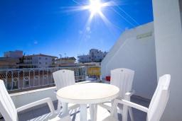 Обеденная зона. Испания, Нерха : Уютный дом для отпуска с общим бассейном, окруженным зеленым садом, в городе Нерха, в 50 метрах от песчаного пляжа Playa Carabeo, 2 спальни, 1 ванная комната, бесплатный Wi-Fi.