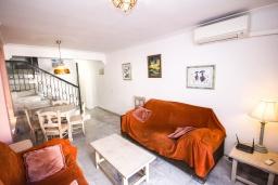 Гостиная / Столовая. Испания, Нерха : Уютный дом для отпуска с общим бассейном, окруженным зеленым садом, в городе Нерха, в 50 метрах от песчаного пляжа Playa Carabeo, 2 спальни, 1 ванная комната, бесплатный Wi-Fi.