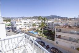 Балкон. Испания, Нерха : Уютный дом для отпуска с общим бассейном, окруженным зеленым садом, в городе Нерха, в 50 метрах от песчаного пляжа Playa Carabeo, 2 спальни, 1 ванная комната, бесплатный Wi-Fi.