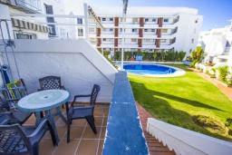 Терраса. Испания, Нерха : Уютный дом для отпуска с общим бассейном, окруженным зеленым садом, в городе Нерха, в 50 метрах от песчаного пляжа Playa Carabeo, 2 спальни, 1 ванная комната, бесплатный Wi-Fi.
