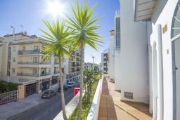 Вид на виллу/дом снаружи. Испания, Нерха : Уютный дом для отпуска с общим бассейном, окруженным зеленым садом, в городе Нерха, в 50 метрах от песчаного пляжа Playa Carabeo, 2 спальни, 1 ванная комната, бесплатный Wi-Fi.