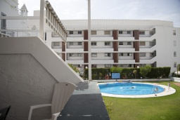 Бассейн. Испания, Нерха : Уютный дом для отпуска с общим бассейном, окруженным зеленым садом, в городе Нерха, в 50 метрах от песчаного пляжа Playa Carabeo, 2 спальни, 1 ванная комната, бесплатный Wi-Fi.