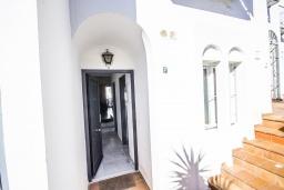 Вход. Испания, Нерха : Уютный дом для отпуска с общим бассейном, окруженным зеленым садом, в городе Нерха, в 50 метрах от песчаного пляжа Playa Carabeo, 2 спальни, 1 ванная комната, бесплатный Wi-Fi.
