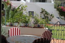 Терраса. Испания, Нерха : Современный дом для отдыха с видом на горы и сад в городе Нерха, в 50 м от песчаного пляжа Playa Carabeo и в 200 м от пляжа Playa Burriana, 2 спальни, 1 ванная комната, бесплатный Wi-Fi.