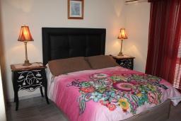 Спальня. Испания, Нерха : Современный дом для отдыха с видом на горы и сад в городе Нерха, в 50 м от песчаного пляжа Playa Carabeo и в 200 м от пляжа Playa Burriana, 2 спальни, 1 ванная комната, бесплатный Wi-Fi.