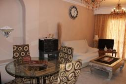 Гостиная / Столовая. Испания, Нерха : Современный дом для отдыха с видом на горы и сад в городе Нерха, в 50 м от песчаного пляжа Playa Carabeo и в 200 м от пляжа Playa Burriana, 2 спальни, 1 ванная комната, бесплатный Wi-Fi.