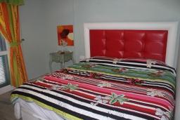Спальня 2. Испания, Нерха : Современный дом для отдыха с видом на горы и сад в городе Нерха, в 50 м от песчаного пляжа Playa Carabeo и в 200 м от пляжа Playa Burriana, 2 спальни, 1 ванная комната, бесплатный Wi-Fi.