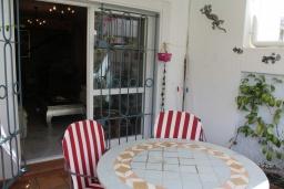 Обеденная зона. Испания, Нерха : Современный дом для отдыха с видом на горы и сад в городе Нерха, в 50 м от песчаного пляжа Playa Carabeo и в 200 м от пляжа Playa Burriana, 2 спальни, 1 ванная комната, бесплатный Wi-Fi.