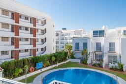 Вид на виллу/дом снаружи. Испания, Нерха : Современный дом для отдыха с видом на горы и сад в городе Нерха, в 50 м от песчаного пляжа Playa Carabeo и в 200 м от пляжа Playa Burriana, 2 спальни, 1 ванная комната, бесплатный Wi-Fi.