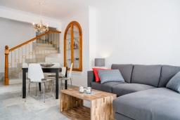 Гостиная / Столовая. Испания, Нерха : Просторный дом для отдыха в Нерхе недалеко от пляжа Playa Carabeo с общим бассейном и зеленым садом, 3 спальни, ванная комната с душем, терраса и балкон, бесплатный Wi-Fi.